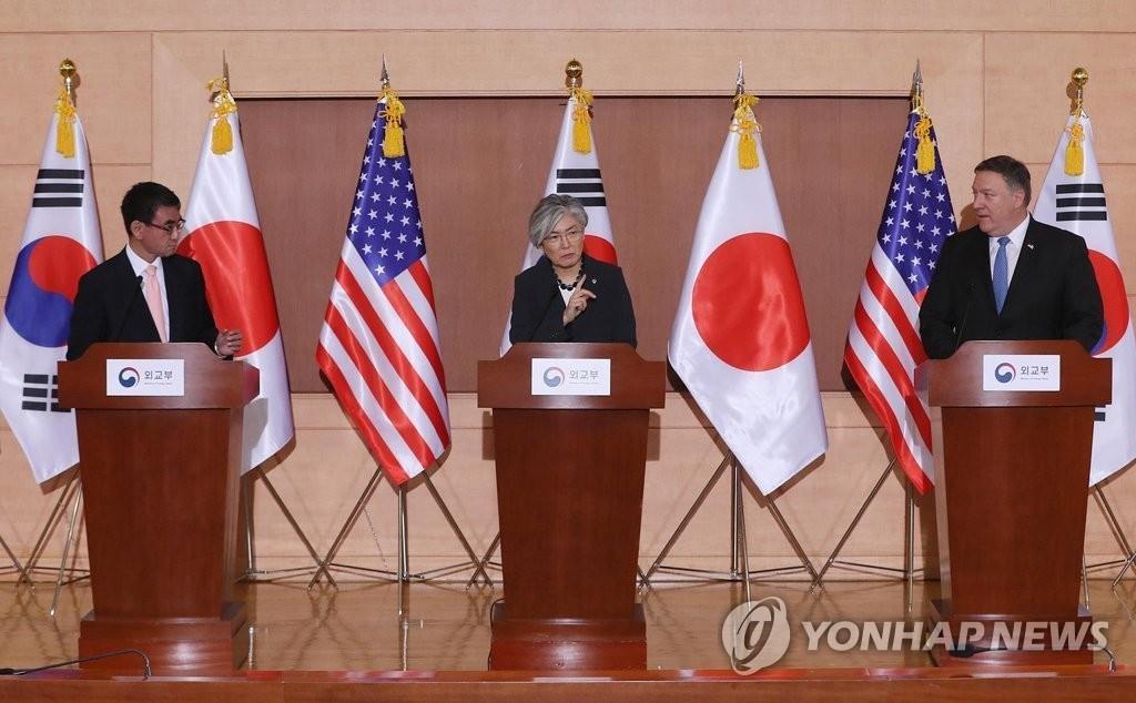 资料图片:左起依次为日本外相河野太郎、韩国外长康京和、美国务卿蓬佩奥(韩联社)