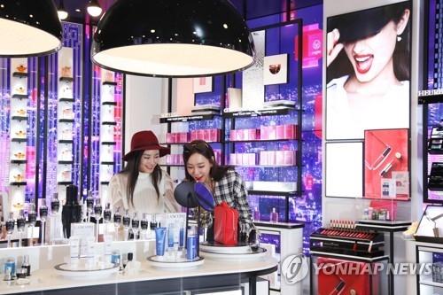 图为位于仁川国际机场第二航站楼的新罗免税店内化妆品卖场。(韩联社/新罗免税店提供)