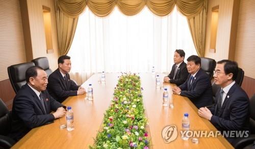 7月5日上午,在平壤高丽酒店,韩国统一部长官赵明均(右一)同朝鲜劳动党副委员长金英哲(左一)举行会谈。(韩联社/联合摄影团)