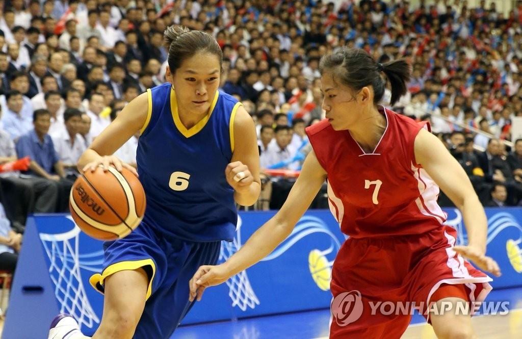 7月5日下午3点,韩朝统一篮球女子赛在朝鲜平壤柳京郑周永体育馆举行,身穿蓝色球衣的韩国队以81比74战胜朝鲜队。(韩联社/联合摄影团)