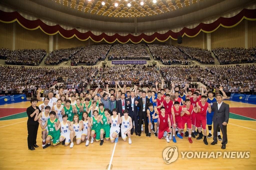 统一篮球赛韩国男女篮队回国