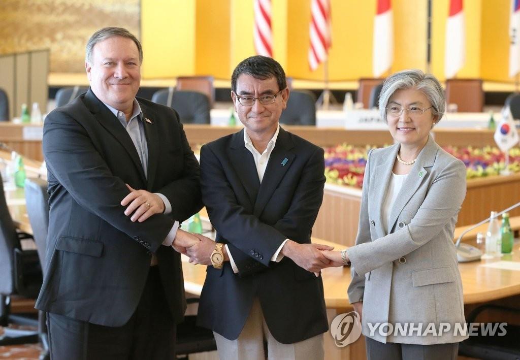 7月8日,在东京饭仓公馆,韩国外长康京和(右起)、日本外相河野太郎、美国国务卿蓬佩奥在会晤前合影留念。(韩联社)