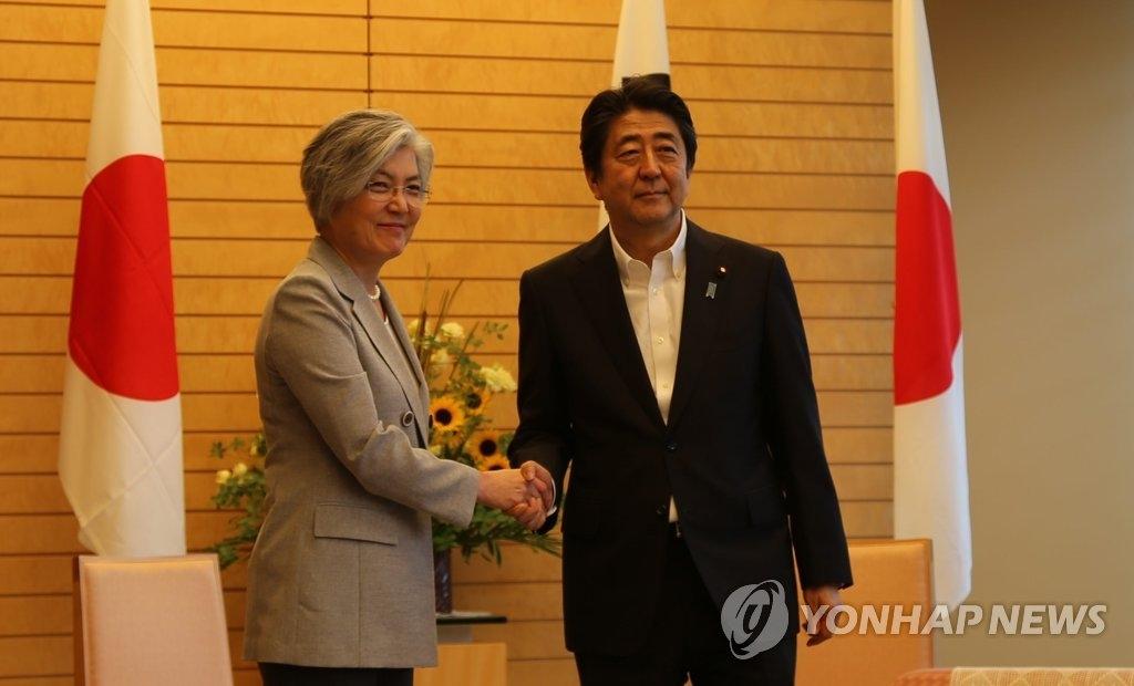 韩外长拜会日本首相安倍晋三