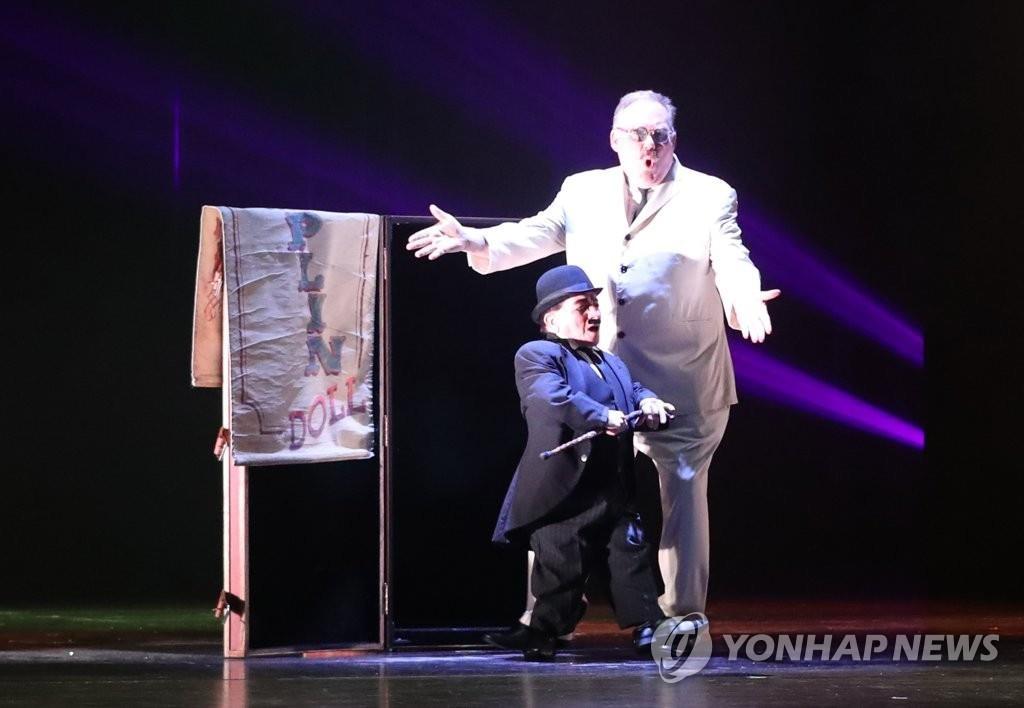 """资料图片:6月28日,在釜山电影殿堂举行的世界顶级魔术秀""""大幻影""""上,魔术大师凯文·詹姆斯正在表演。(韩联社)"""
