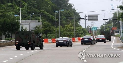 韩方技术人员驱车赴朝。(韩联社)