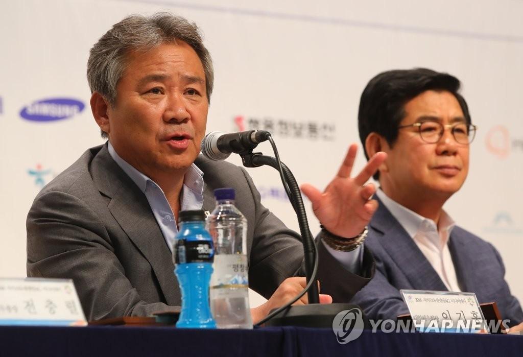 7月10日,亚运会媒体日活动在忠清北道镇川的国家运动员村举行。大韩体育会会长李起兴(左)正在发言。右为韩国体育代表团团长金晟祚。(韩联社)