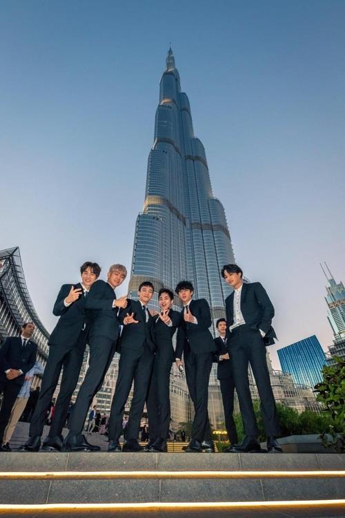 1月,男团EXO访问迪拜,并合影留念。(迪拜观光厅提供)