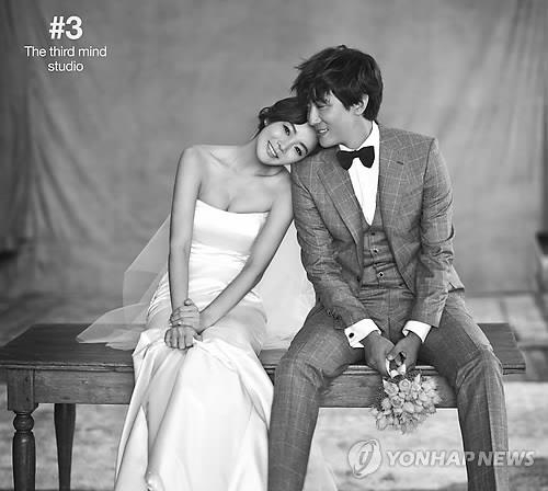 韩国演员蔡琳和中国演员高梓淇的婚纱照(韩联社/Sidus HQ提供)