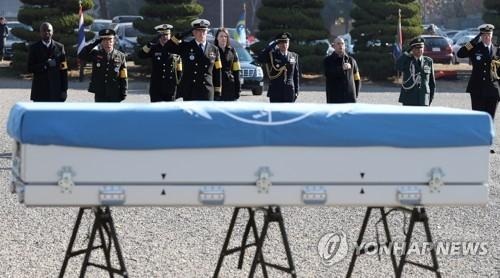 图为归还联合国军遗骸活动照。(韩联社)