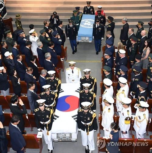 7月13日上午,在国立首尔显忠院,韩美举行6·25阵亡者遗骸交换活动。(韩联社)