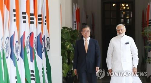 7月10日,在新德里,韩国总统文在寅(左)和印度总理莫迪准备举行首脑会谈。(韩联社)
