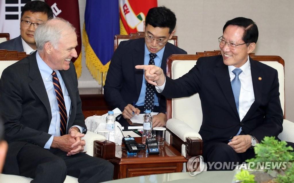 韩防长宋永武会见美国海军部长斯潘塞