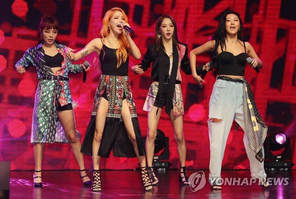 7月16日,在首尔市广津区YES24 LIVE HALL,女团MAMAMOO举行第7张迷你专辑《Red Moon》发布会时表演新歌。(韩联社)