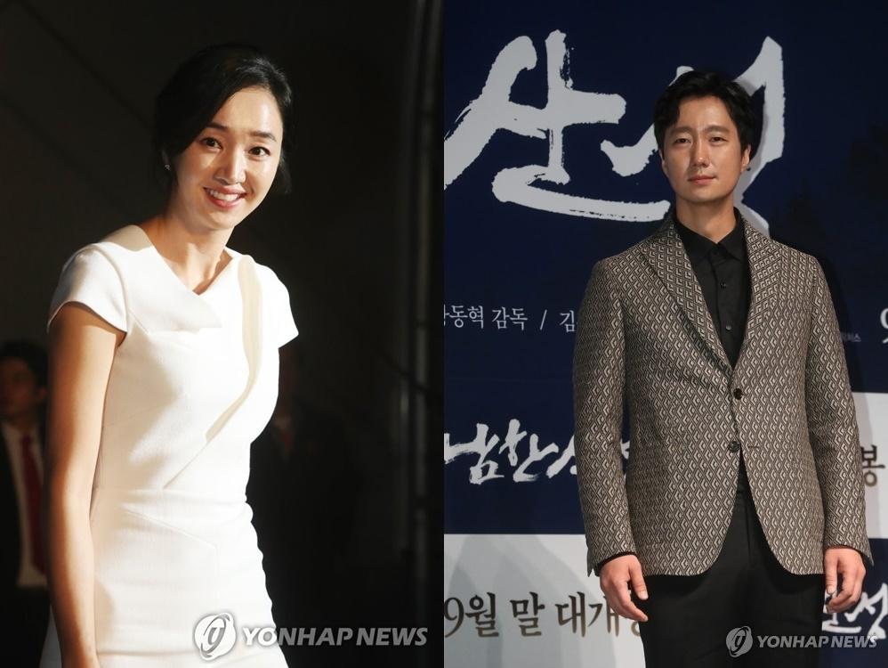 演员秀爱(左)和朴海日(韩联社