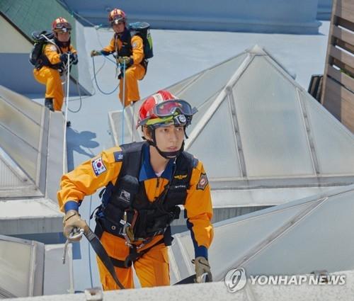 朴海镇拍摄消防安全宣传片花絮照(韩联社/消防厅提供)