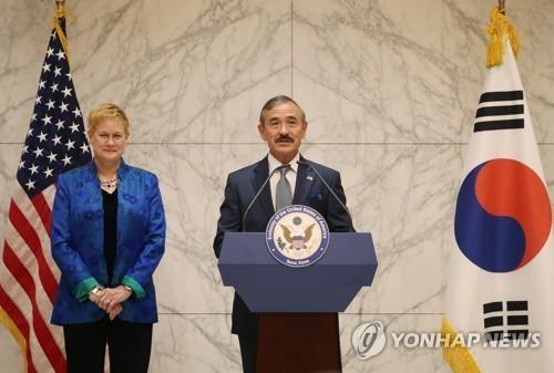资料图片:7月7日,在仁川国际机场,新任美国大使哈里·哈里斯(右)和夫人抵达韩国后举行记者会。(韩联社)