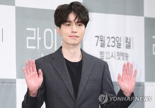 7月23日,在首尔皇宫酒店,演员李栋旭出席JTBC电视台新剧《LIFE》发布会。(韩联社)