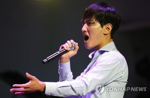 7月23日,在位于首尔清潭洞的DRESS GARDEN,歌手安七炫出席音乐剧《廊桥遗梦》发布会,并进行表演。(韩联社)
