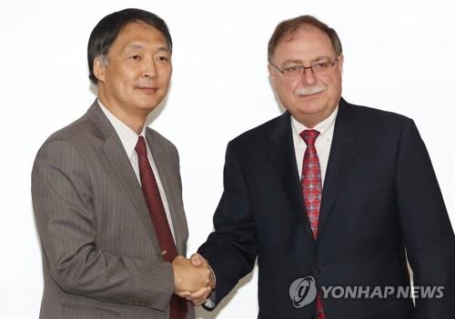 资料图片:6月26日,韩美在首尔举行旨在签订第10份防卫费分担协定的第四轮谈判。韩国外交部韩美防卫费分担谈判代表张元三(左)和美方谈判代表蒂莫西·贝茨握手合影。(韩联社)