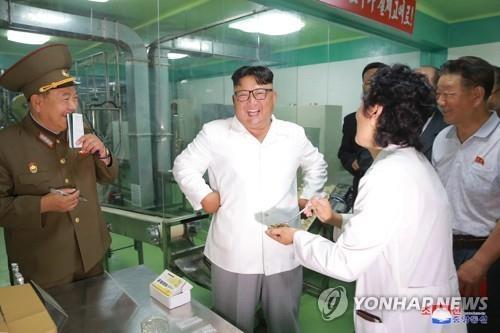 金正恩视察军粮工厂稳定军心
