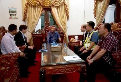当地时间25日晚9时,SK建设社长安宰炫同阿速坡省省长(中间)举行会谈。(韩联社/SK建设提供)