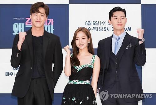 资料图片:5月30日下午,tvN新水木剧《金秘书为何那样》发布会在首尔举行,演员李泰焕(左起)、朴敏英、朴叙俊摆姿势供媒体拍照。(韩联社)