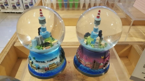 N首尔塔模型水晶球摆件(韩联社/CJ FOODVILLE)