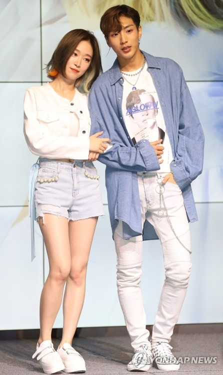 7月31日下午,在首尔江南区三星洞Spigen Hall,歌手Soya(左)举办新歌《Y-shirt》抢听会。(韩联社)