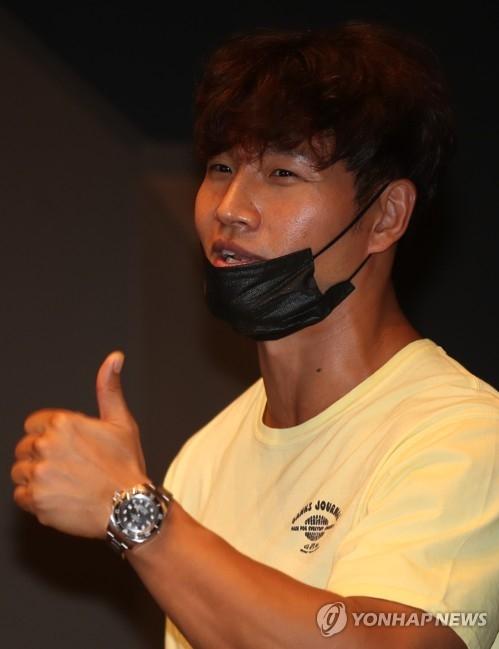 7月31日下午,在首尔江南区三星洞Spigen Hall,歌手金钟国亮相歌手Soya新歌《Y-shirt》抢听会,为侄女加油打气。(韩联社)