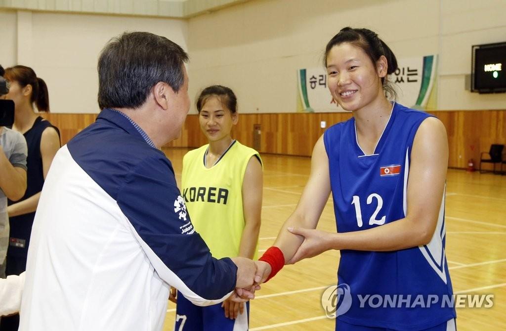 韩文体部长官慰问韩朝女篮联队
