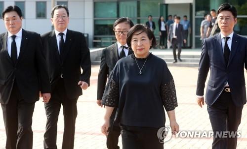 韩国现代集团会长玄贞恩赴朝出席前会长郑梦宪追悼式后返韩。(韩联社)