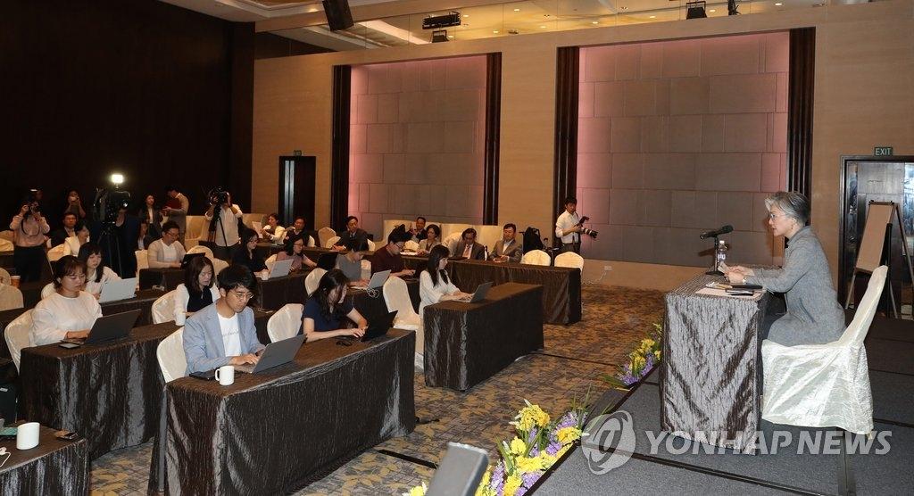 8月5日,在新加坡一家酒店,韩国外长康京和召开记者会,总结东盟地区论坛(ARF)系列会议。(韩联社)