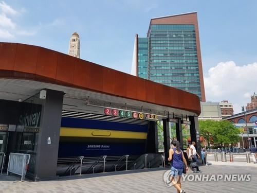 资料图片:三星电子在地铁站打出的Galaxy Note9宣传广告(韩联社/三星电子提供)