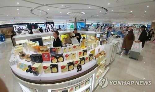 资料图片:2017年3月15日,济州乐天免税店因中国游客骤减显得有些冷清。(韩联社)