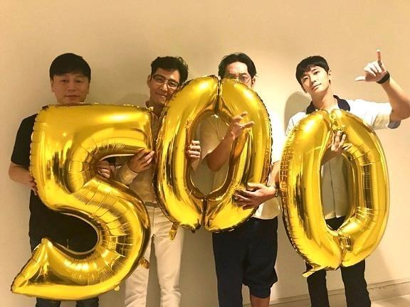 《与神同行2》剧组庆祝观影人数破500万。(韩联社/乐天娱乐提供)