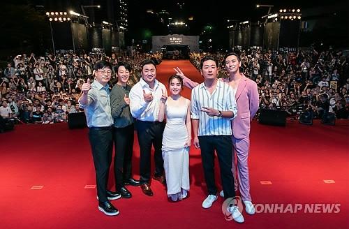 8月5日,在台湾举行的《与神同行2》红毯仪式上,导演金容华(左起)、金东旭、马东石、金香起、河正宇、朱智勋合影。(韩联社/乐天娱乐提供)