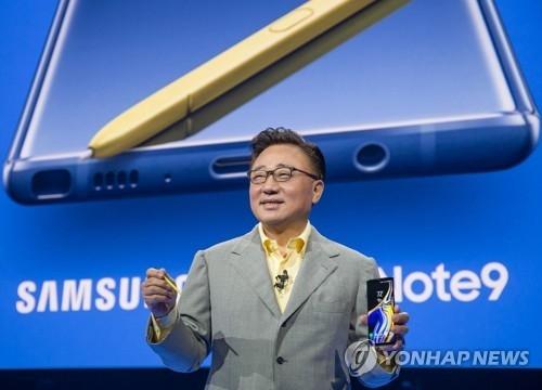 8月9日,在纽约,三星电子移动业务部门总裁高东真介绍Galaxy Note9。(韩联社)