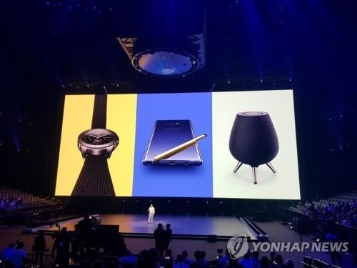 左起依次为Galaxy Watch、Galaxy Note9、Galaxy Home。(韩联社)