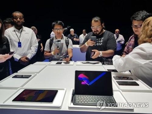 8月9日,在纽约举行的Galaxy Note9发布会上,全球用户体验Galaxy系列产品。(韩联社)