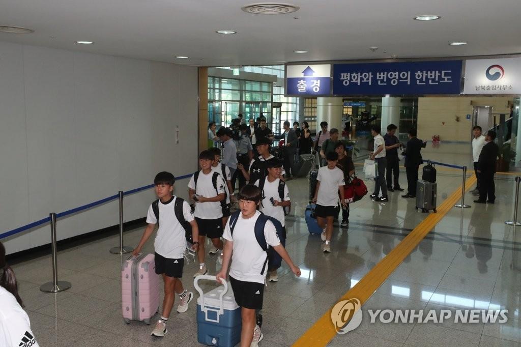 韩国代表团赴朝参加平壤青少年足球赛