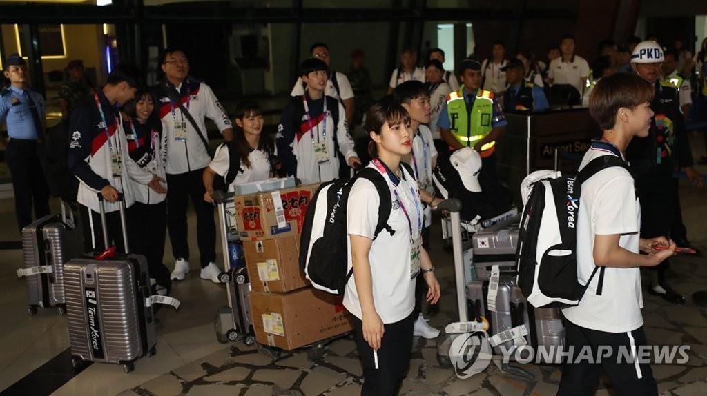 8月15日,韩国代表队抵达雅加达。(韩联社)