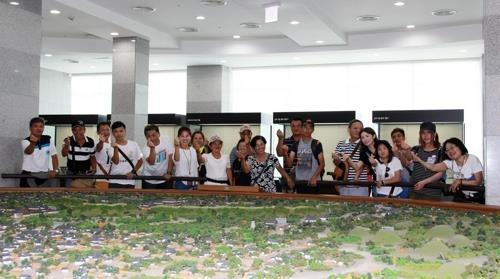 资料图片:到访庆州的台湾游客们摆姿势拍照。(韩联社/文化世博会财团提供)