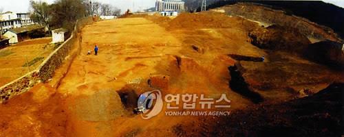 资料图片:2008年,报勋处在中国大连旅顺地区开展安重根遗骸挖掘工作。(韩联社/报勋处提供)