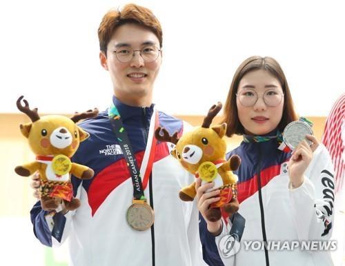 李大明(左)和金敏贞(韩联社)