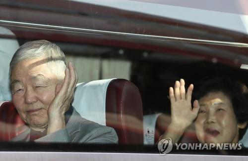 首批韩方探亲团抵朝 下午与在朝亲人重逢