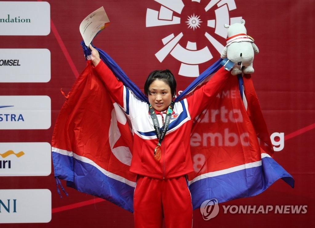 亚运女子举重48公斤级朝鲜选手夺首金