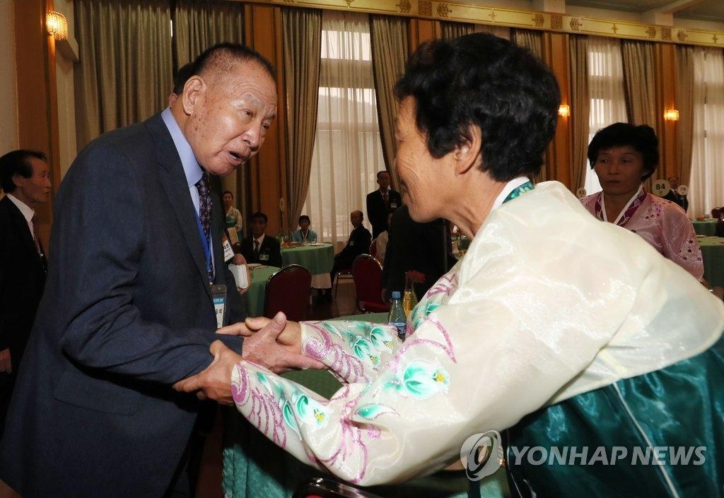 韩朝离散家属首日会面结束 泪海中感激活着相见