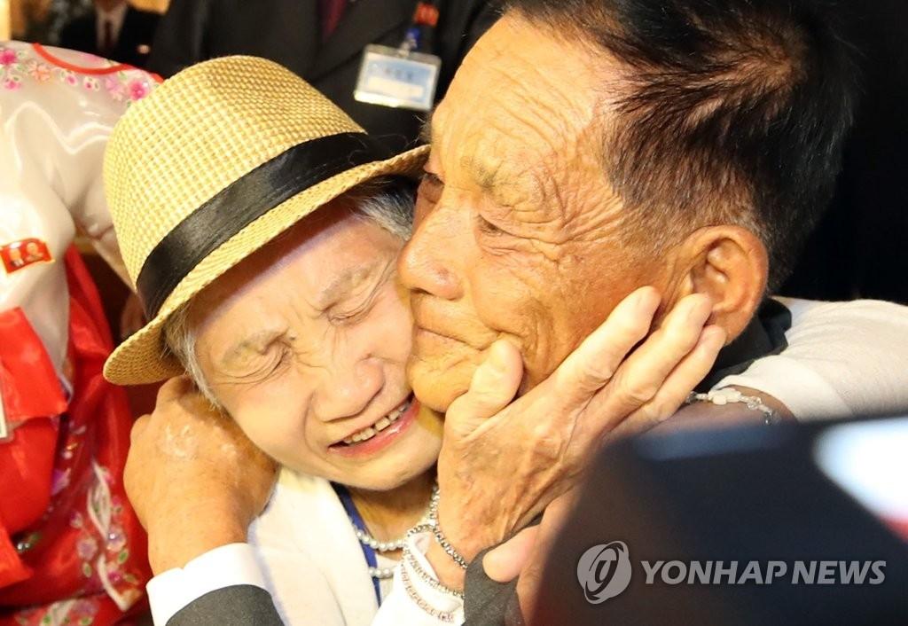 8月20日,第21次韩朝离散家属团聚活动在朝鲜金刚山酒店举行。图为韩方92岁高龄的老母亲李金纤(左)与在朝儿子李相哲相认后紧紧拥抱在一起。(韩联社)