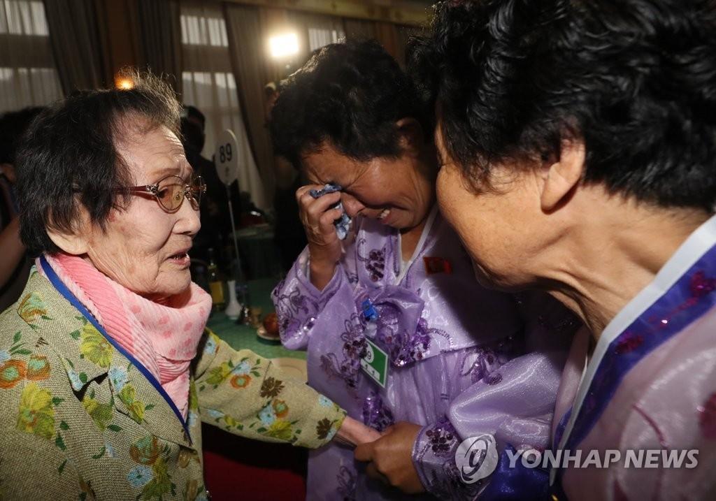 8月20日,第21次韩朝离散家属团聚活动在朝鲜金刚山酒店举行。图为韩方99岁高龄的老母亲韩信子(左)与在朝女儿们重逢。(韩联社)