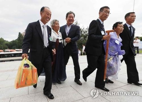 8月21日,在朝鲜外金刚山酒店,朝方亲属准备参加韩朝离散家属团聚单独会面活动。(完)